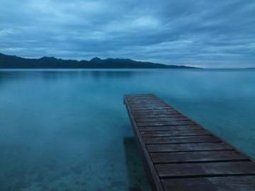 Steg mit blauem Meer